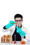 Scientifique masculin avec des tubes à essai d'isolement Image stock
