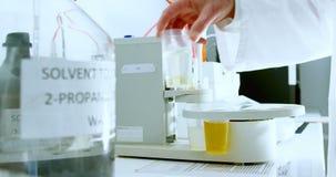 Scientifique masculin expérimentant dans le laboratoire 4k clips vidéos