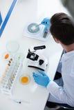 Scientifique masculin pendant le travail au laboratoire biologique moderne photos stock