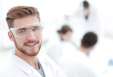 Scientifique moderne sur le fond de laboratoire image libre de droits