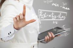 Scientifique ou étudiant de femme travaillant avec de diverses maths de lycée et formule de la science Image stock