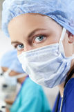 Scientifique ou docteur féminin utilisant le masque chirurgical photographie stock