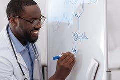 Scientifique positif beau faisant la recherche chimique image libre de droits