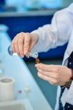 Scientifique préparant des substances Photos stock