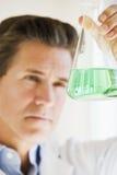 Scientifique retardant le choc de produits chimiques Photographie stock libre de droits