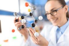 Scientifique tenant le modèle moléculaire dans le laboratoire, foyer sur le premier plan photographie stock