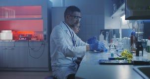 Scientifique travaillant au laboratoire banque de vidéos