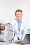 Scientifique travaillant avec l'imprimante tridimensionnelle Image stock