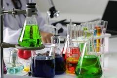 Scientifique travaillant dans le worki de laboratoire/chercheur de chimie photos stock