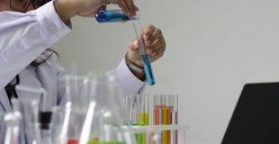 Scientifique travaillant dans le worki de laboratoire/chercheur de chimie photo libre de droits