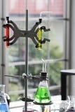 Scientifique travaillant dans le worki de laboratoire/chercheur de chimie images stock