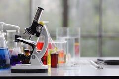Scientifique travaillant dans le worki de laboratoire/chercheur de chimie photographie stock