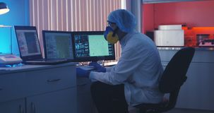 Scientifique travaillant ? l'ordinateur dans le laboratoire clips vidéos