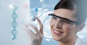 Scientifique utilisant l'eyewear protecteur Photographie stock libre de droits