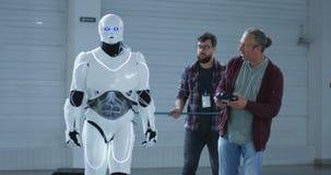 Scientifiques examinant la stabilité de robots clips vidéos