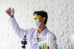 Scientifiques tenant un becher photographie stock libre de droits
