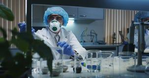 Scientifiques travaillant dans un laboratoire banque de vidéos