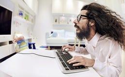 Scientis del ordenador que trabajan en una oficina brillante fotos de archivo libres de regalías