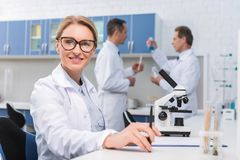 Scientist working in lab Royalty Free Stock Photos