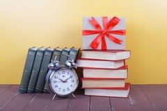 Scienza ed educazione - sveglia, arco del regalo e gruppo del colo Fotografie Stock Libere da Diritti