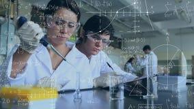 Scienziati che eseguono gli esperimenti circondati dai simboli scientifici video d archivio