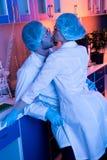Scienziati che hanno romance dell'ufficio al laboratorio Fotografie Stock Libere da Diritti