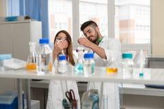 Scienziati degli studenti che lavorano nel laboratorio Fotografia Stock Libera da Diritti