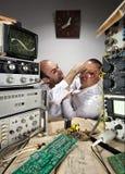 Scienziati divertenti del Wo che combattono al laboratorio Fotografia Stock