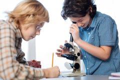 Scienziati futuri curiosi che esplorano i micro mondi Immagini Stock