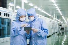 Scienziati in laboratorio il lavoro di ricerca   Fotografie Stock
