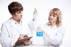 Scienziati lavoranti Immagini Stock