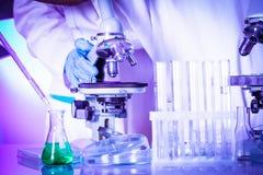 Scienziati nel laboratorio chimico Immagini Stock Libere da Diritti