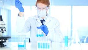 Scienziato Busy Doing Research e reazione in laboratorio immagini stock libere da diritti