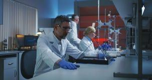 Scienziato che esamina esposizione olografica stock footage