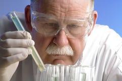 Scienziato che lavora con i prodotti chimici Fotografia Stock