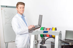 Scienziato che lavora con la stampante tridimensionale Immagini Stock Libere da Diritti