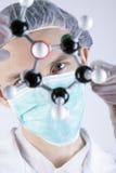Scienziato che osserva sopra gli atomi Immagini Stock