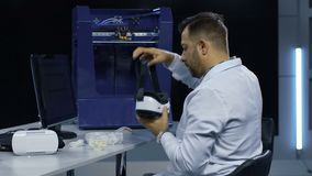 Scienziato che usando i vetri di VR per l'esplorazione stock footage