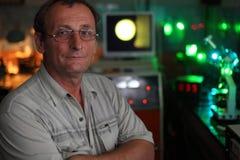 Scienziato con la posa di vetro nel suo laboratorio Immagini Stock Libere da Diritti