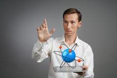 Scienziato dell'uomo con il modello atomico, concetto di ricerca Immagine Stock Libera da Diritti