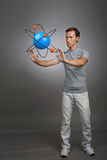 Scienziato dell'uomo con il modello atomico, concetto di ricerca Fotografie Stock