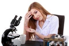 Scienziato della donna che prende le pillole per l'emicrania Immagine Stock