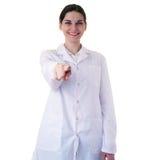 Scienziato di aiuto di medico femminile in camice sopra fondo isolato Immagini Stock
