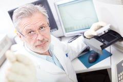 Scienziato di vita che ricerca in laboratorio. Immagini Stock Libere da Diritti