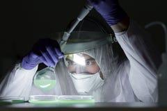 Scienziato di vita che ricerca nel bio- laboratorio di rischio Alto livello di lavoro di protezione Fotografia Stock Libera da Diritti
