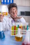 Scienziato divertente di Yong che fa un certo esperimento pazzo Fotografia Stock
