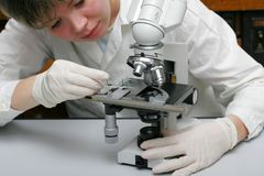 Scienziato e microscopio Fotografia Stock