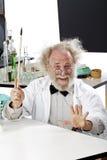 Scienziato eccentrico in laboratorio che spiega idea fotografie stock libere da diritti