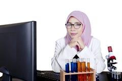 Scienziato femminile asiatico che sorride alla macchina fotografica Immagine Stock Libera da Diritti