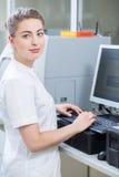 Scienziato femminile in cappotto del laboratorio Fotografia Stock